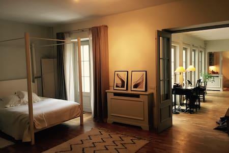 Elegant appartement et petite cour. - Lägenhet