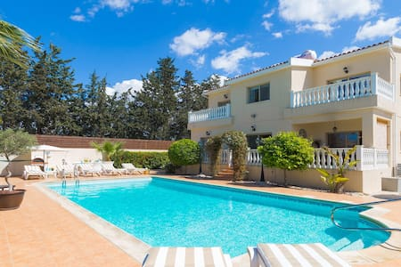 Amazing 5 Bedroom, High End Villa with Hot Tub - Kissonerga - Villa