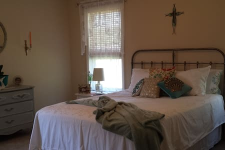 My little cottage-the Ocean Breeze Room - Southport - Casa