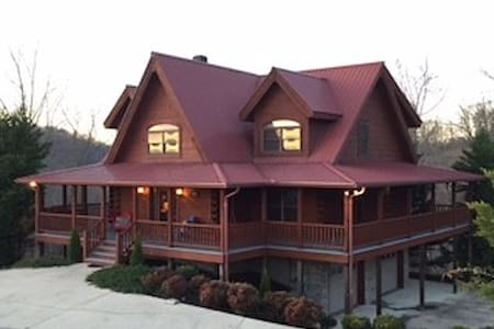 Luxurious Cabin at Center Hill Lake - Smithville