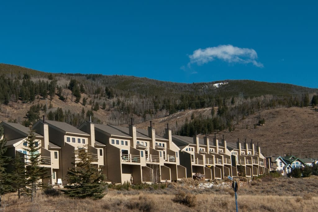 Centennial Townhomes centrally located to 5 world class ski resorts