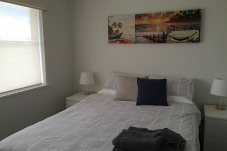 Large Bedroom , private bathroom, large pool - Duncraig - Talo
