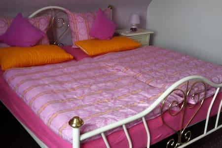 Gemütliche Zimmer inklusive Bad - Condomínio