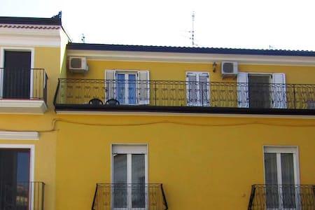Alloggio confortevole con terrazzo in pieno centro - Apartment