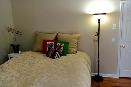 Sunny, spacious bedroom w/ balcony - Seneca - House