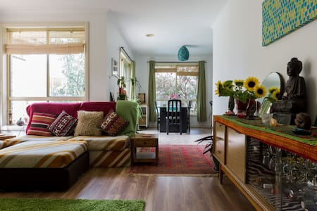 Lovely sunny room in my 2 bedroom apartment in a group of only 4. single level, so with its only leafy garden to enjoy. Tram stop around corner, that would drop you right into the heart of many great spots in Melbourne. Close to La Trobe University.