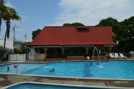 Casa comoda piscinas y 2parq - Girardot - House