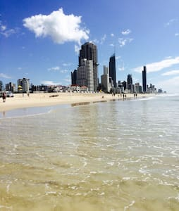 Bustling beachside apartment - Surfers Paradise - Apartment