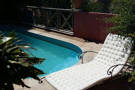 T2 rez de jardin piscine 2-4 pers - Apartament