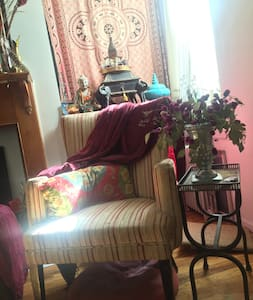People love this comfy room. Cozy, beautifully decorated - it has all you need to feel at home. A window, a vintage desk, a closet and a library to read and fill . You'll find the sunny, gorgeous, space close to restaurants, bars and the F train.