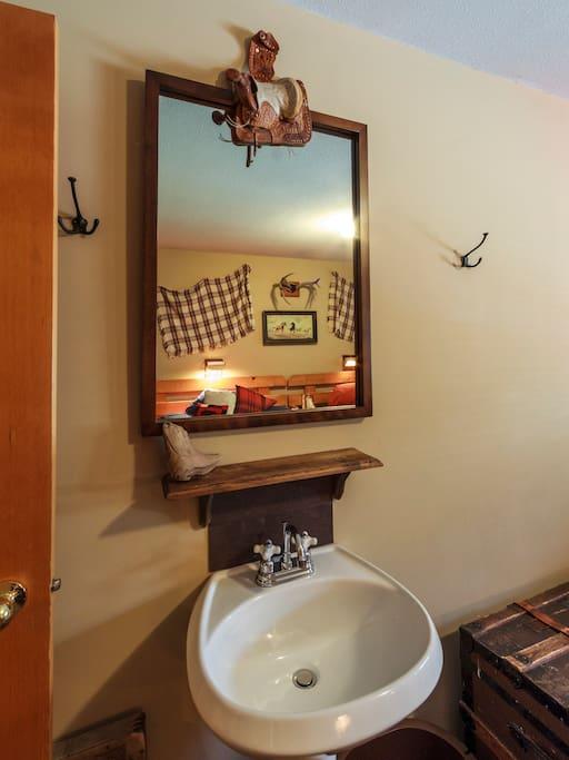 Ensuite pedestal sink