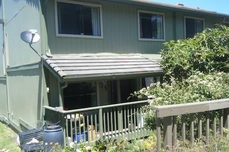 Comfortable Hillside Room - close to BART - Condominium