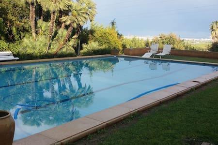 Casa con jardin de 4.000m2 y piscina - Casa