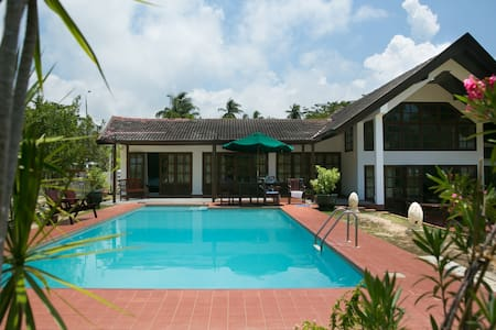 Tropical Beach Villa with Swimming Pool - Labuan - Talo