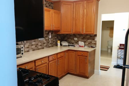Gorgeous Condo Near O'Hare in Niles / Des Plaines - Condominio