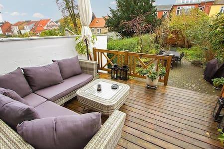 Hyggeligt byhus med egen have! Horsens Centrum - Casa adossada
