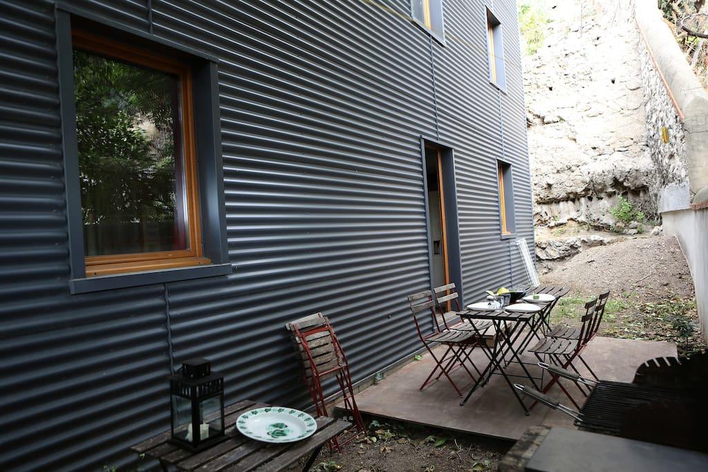 Insolite maison conteneurs estaque maisons louer for Maison container 81