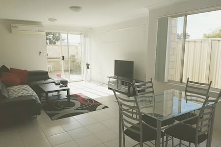 Comfy room near the airport & Perth CBD - Maddington - Huoneisto