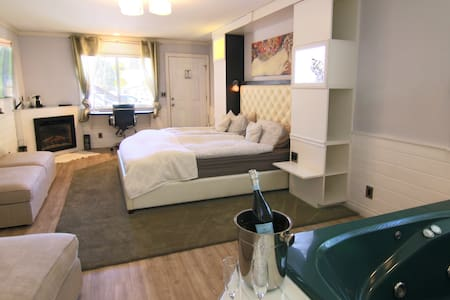 Gold Rush - Designer Suite/SPA (1) - Apartment