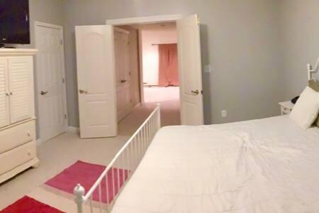 Spacious 2BR basement apartment - Fredericksburg - Huis