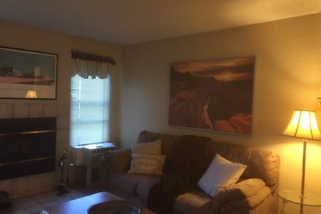 Cozy 2 Bedroom Condo in The Pines - Condominio