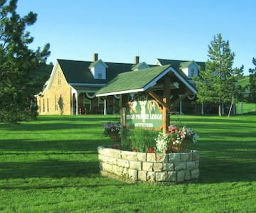 """""""High Prairie Lodge and Outfitters""""  luxury lodge - Whitewood - Bed & Breakfast"""