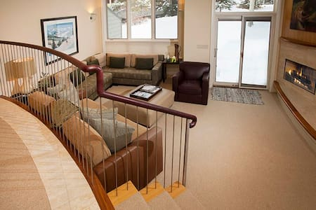 Room type: Entire home/apt Property type: Townhouse Accommodates: 8 Bedrooms: 3 Bathrooms: 2.5