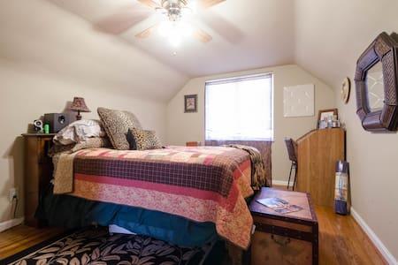 Cozy 2 bdrm Top floor apt w/full Kitchen/bath - House