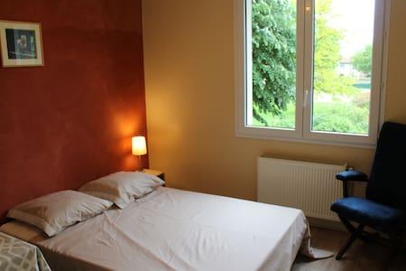 Chambre agréable en maison avec jardin - Chauray - Haus