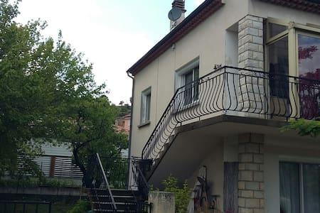 Chaleureux  haut de villa de 90m2 - Rumah