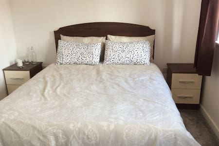 Double bedroom in town centre close to RailStation - Adosado