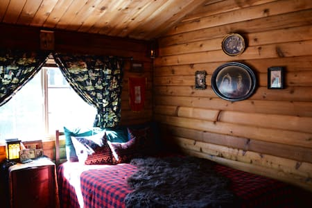 Log Cabin Country Themed Bedroom - Stuga