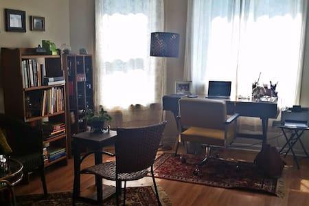 Vintage Room w Sunny Balcony & Premium Amenities - Ganze Etage