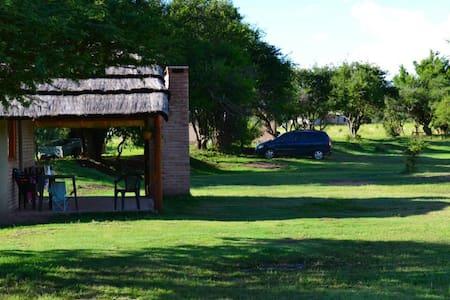 Cabañas con confort, tranquilidad y bajada al rio - Cabanya
