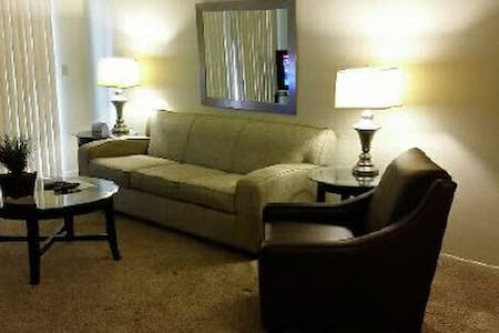 Comfort, space and great access to I-275/I-696 - Farmington Hills