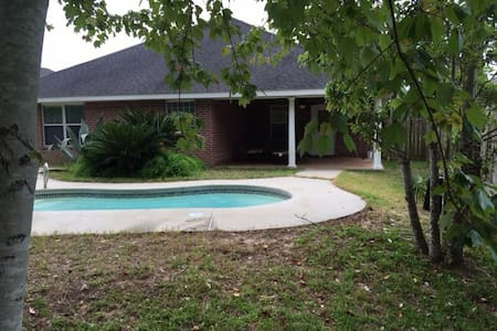 Gulf Breeze Pool Home 10 minutes from Everything - Gulf Breeze - House
