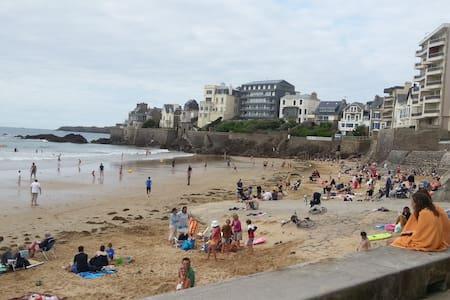 La Chambre Rose tout près de la plage (30m) - Saint-Malo - Bed & Breakfast