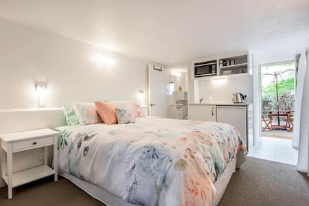 Superb studio, private courtyard - Floreat - Apartment