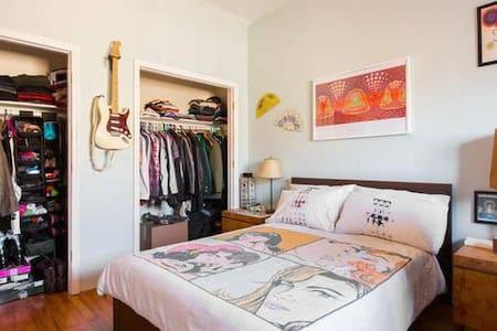 Big Room on Private Floor in a Lofty Apt! - Brooklyn - Apartment