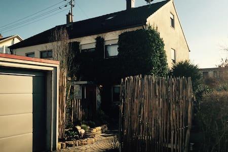 Schönes Haus bei Stuttgart/ WLAN / ganze DHH - Hus