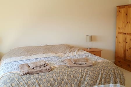 Lovely spacious room with superking bed, Sea Views - Weston-super-Mare - House