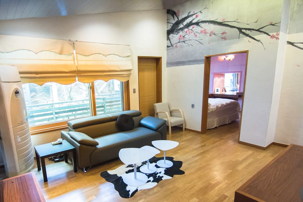 Living room with Korean painting on the wall which was drawn by famous painter 客厅与著名画家画的韩国画在墙上 @ Hongdae 弘大