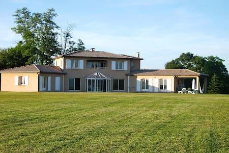 Pyrenees 180°/50ha, Villa+privé tennis/lake/forest - Hus