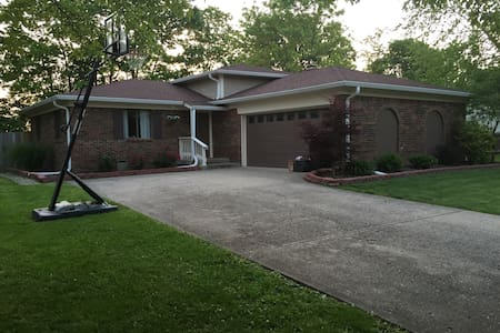 3 BR Home In Safe Neighborhood. Great for Indy 500 - Haus