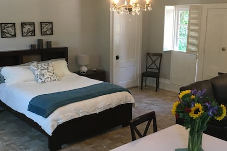 Comfortable and Spacious Downtown Studio Cottage - Nevada City - Bungaló