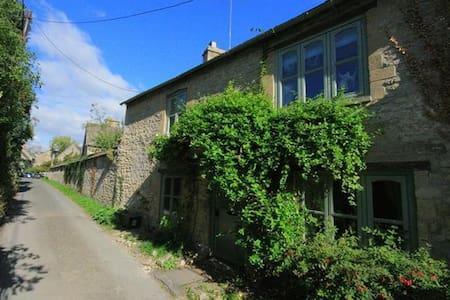 Footstall Cottage, Fulbrook. - Hus