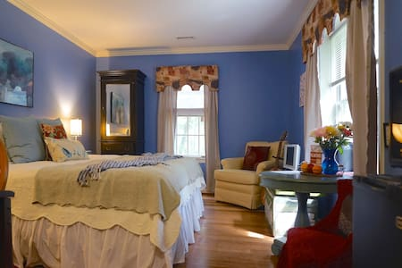 King Suite with Private Bath at Chez Stokesie - Charlottesville - Casa
