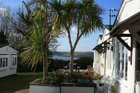 Lovely bungalow, River Dart Setting, Devon. WiFi - Galmpton - Chalé