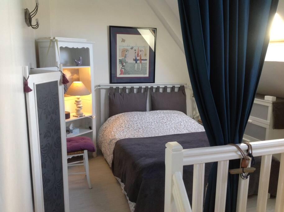 1 chambre séparée par un rideau : 1 grand lit 2 pers, matelas neuf.