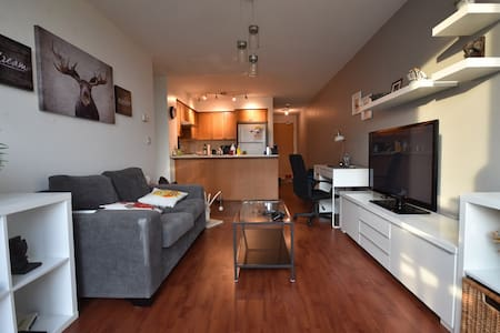MODERN, COZY, CONVENIENT CONDO + PARKING - Toronto - Wohnung